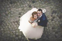Marié élégant élégant avec sa jeune mariée magnifique heureuse de brune dessus Photo libre de droits