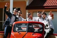Marié élégant et ses amis dans la voiture Photos libres de droits