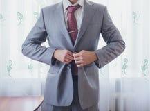 Marié étant prêt dans le costume photo stock