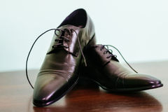 marié attachant des dentelles de chaussure Image libre de droits