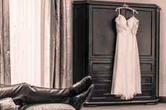 Marié attendant la jeune mariée photographie stock libre de droits