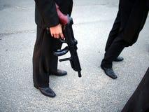 Marié avec l'arme à feu en plastique Photos stock