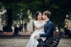 Marié avec la jeune mariée marchant dans de vieux yards de ville image stock