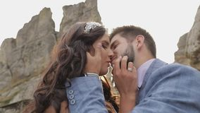 Marié avec la jeune mariée près des collines de montagne Couples de mariage dans l'amour sunbeams clips vidéos