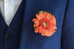 Marié avec le boutonniere de chrysanthème sur le mariage photographie stock