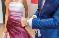 Marié avec le smoking et la montre-bracelet photos stock