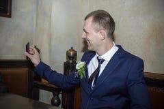 Marié avec le téléphone portable Photos stock