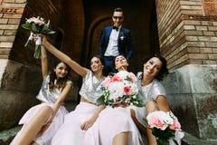Marié avec les demoiselles d'honneur avec du charme avec les bouquets Photo libre de droits