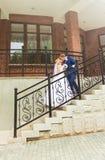 Marié beau embrassant la belle jeune mariée Image stock