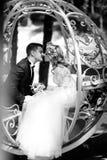 Marié beau embrassant la belle jeune mariée blonde dans la fée magique t Images stock