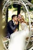 Marié beau embrassant la belle jeune mariée blonde dans la fée magique t Photo libre de droits