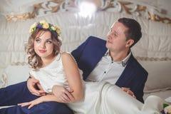 Marié blanc de mariage de chambre à coucher Photographie stock libre de droits