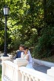 Marié dans la main de baiser de jeune mariée de chemise blanche Photo très douce Image stock