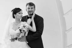 Marié dans la main de baiser de jeune mariée de chemise blanche Photo très douce Images stock