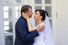 Marié dans la main de baiser de jeune mariée de chemise blanche Photo très douce Photos libres de droits