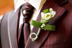 Marié dans le costume élégant avec le boutonniere photo stock