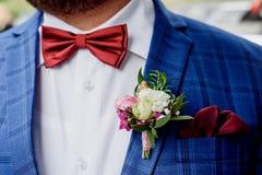 Marié dans une veste Le matin du marié, honoraires du ` s de jeune marié Fin vers le haut photos libres de droits
