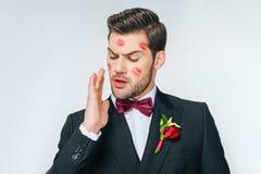 Marié de Ñ€andsome dans le costume avec le rouge à lèvres rouge sur le visage Photographie stock