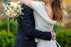 Marié de embrassement de mariée Photo stock
