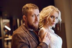 Marié de hippie et la jeune mariée, l'amour et la fidélité Couples dans des étreintes et des baisers d'amour leur jour du mariage photo stock