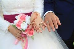 Marié de jeune mariée de pair avec des anneaux image libre de droits