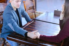 Marié de jeune mariée tenant des mains discutant épouser et lune de miel Photographie stock libre de droits