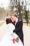 marié de mariée wedding à l'extérieur l'hiver Jeunes mariés extérieurs Photographie stock