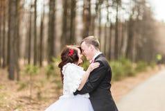 marié de mariée wedding à l'extérieur l'hiver Jeunes mariés extérieurs Photos libres de droits