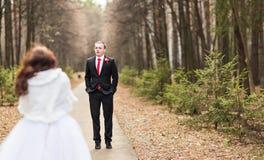 marié de mariée wedding à l'extérieur l'hiver Jeunes mariés extérieurs Photo stock