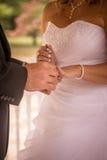 Marié donnant à sa jeune mariée son anneau Image stock