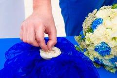 Marié donnant une bague de fiançailles à sa jeune mariée Cérémonie de mariage o Images stock