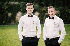 Marié et garçons d'honneur heureux image stock