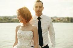 Marié et jeune mariée élégants doux élégants près de rivière ou de lac Couples de mariage dans l'amour Photos stock