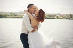 Marié et jeune mariée élégants doux élégants près de rivière ou de lac Couples de mariage dans l'amour Photos libres de droits