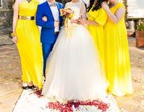 Marié et jeune mariée avec des amis Image stock
