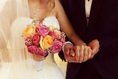 Marié et jeune mariée avec le bouquet de mariage Photographie stock