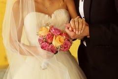 Marié et jeune mariée avec le bouquet de mariage Photos libres de droits