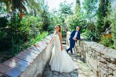 Marié et jeune mariée ayant l'amusement en nature Photo stock
