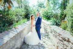 Marié et jeune mariée ayant l'amusement en nature Images libres de droits