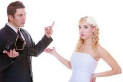 Marié et jeune mariée ayant l'argument de querelle Image libre de droits