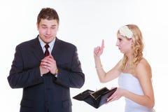 Marié et jeune mariée ayant l'argument de querelle Photographie stock