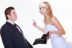 Marié et jeune mariée ayant l'argument de querelle Photos stock