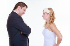 Marié et jeune mariée ayant l'argument de querelle Photo stock