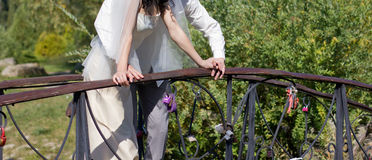Marié et jeune mariée beaux sur le pont Photos libres de droits