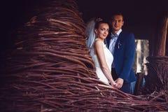 Marié et jeune mariée dans la construction du bois Photos stock