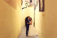 Marié et jeune mariée dans la ville Images stock