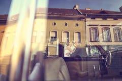 Marié et jeune mariée dans la ville leur jour du mariage Image stock