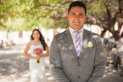 Marié et jeune mariée derrière lui Photos libres de droits
