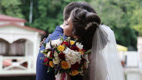 Marié et jeune mariée en parc clips vidéos