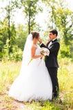 Marié et jeune mariée en parc Bouquet nuptiale de mariage des fleurs photo stock